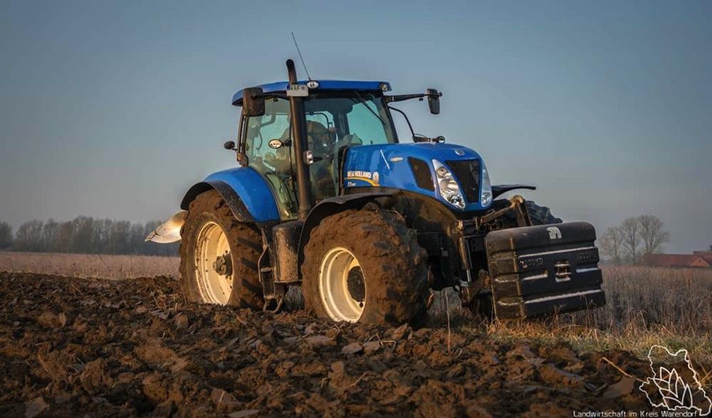 2016-Traktor-mit-Pflug